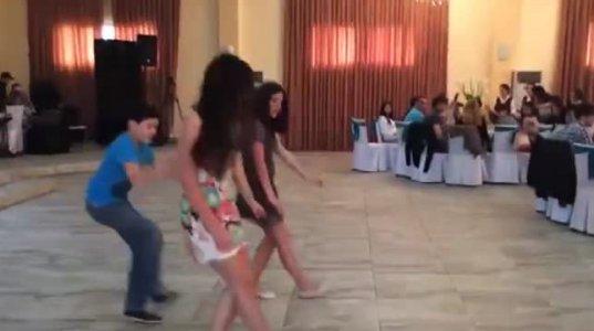 ქართველი ლამაზი გოგოების მიერ შესრულებული რაჭული ცეკვა