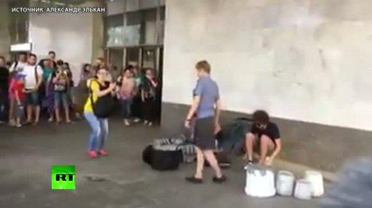 ხალხმა  ქუჩის  მუსიკოსები დაიცვა მეტროს ბრაზიანი სამართალდამცავი ქალისგან