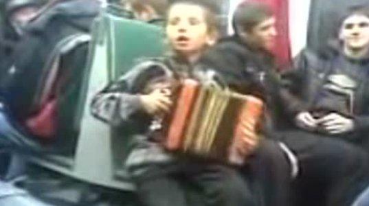 სუპერ-ბიჭუნა  სიმღერით ირჩენს თავს