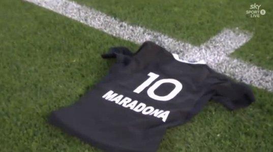 არგენტინასთან მატჩის წინ ჰაკას შესრულებისას ზელანდიელებმა დიეგო მარადონას მაისურა გამოიტანეს