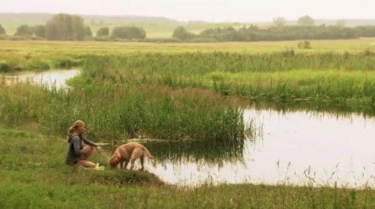 ქერა ქალი  შიშველი ბანაობს მდინარეში და...