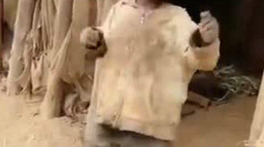 პატარა აფრიკელი ბიჭუკელას ცეკვა საინტერესო ფინალით