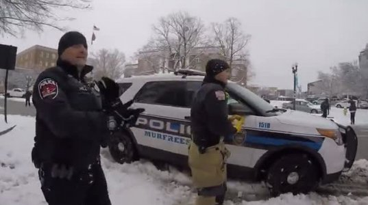 პოლიციელები ბავშვებთან ერთად გუნდაობენ