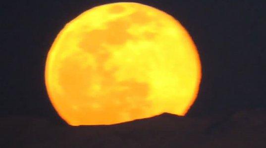 27 თებერვლის მთვარე გაფერადდა და კავკასიონიდან ამოვიდა