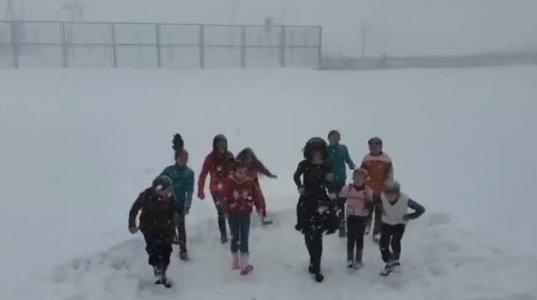 პოზიტიური ვიდეო შუახევიდან-მასწავლებელი თამუნა ლაბაძე მოწაფეებთან ერთად თოვლში ცეკვავს