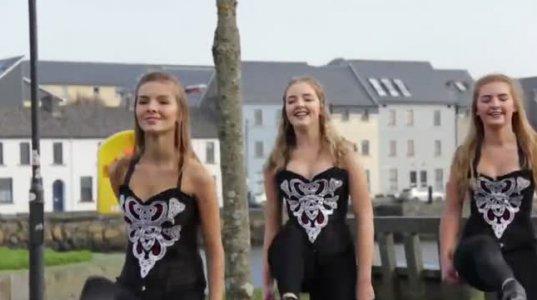ირლანდიელი გოგონები ასრულებენ ეროვნულ ცეკვას, ისე ჰგვანან ერთმანეთს ვერც კი გაარჩევთ