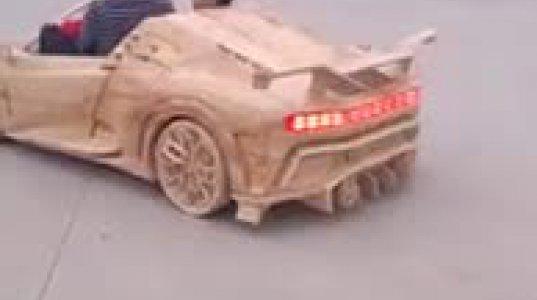 მამამ შვილს ხისგან Bugatti Centodieci გაუკეთა და ნამდვილ მანქანებთან გაიყვანა გზაზე