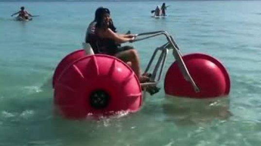 ქარდი ბი წყლის ველოსიპედით ერთობა ზღვაზე