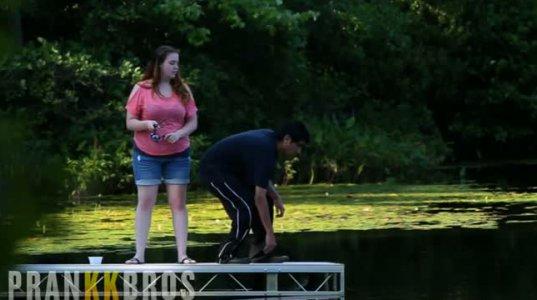 თავს უშველა, მაგრამ ეს გოგო კი მოისროლა წყალში